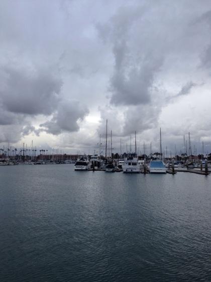 雨雲が迫るベンチュラ港