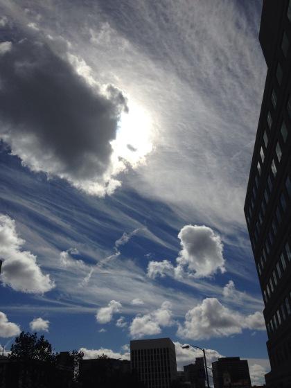 仕事場で見上げた空