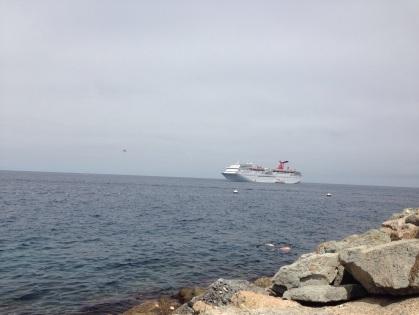 少し沖にクルーズ船
