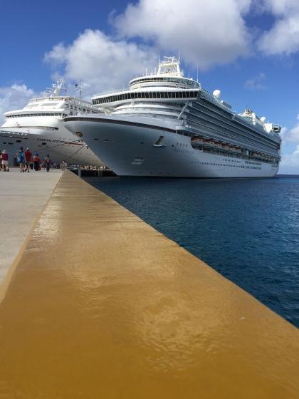 右側の船が私達のクルーズ船
